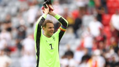 DFB-Kapitän Neuer mit Regenbogen-Armbinde im EM-Spiel gegen Ungarn