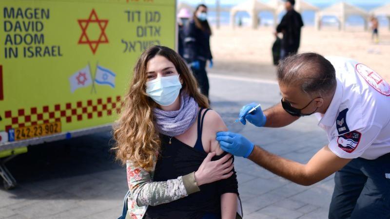 """Israelischer Beamter: """"Hälfte der positiv auf Corona Getesteten waren geimpft"""""""