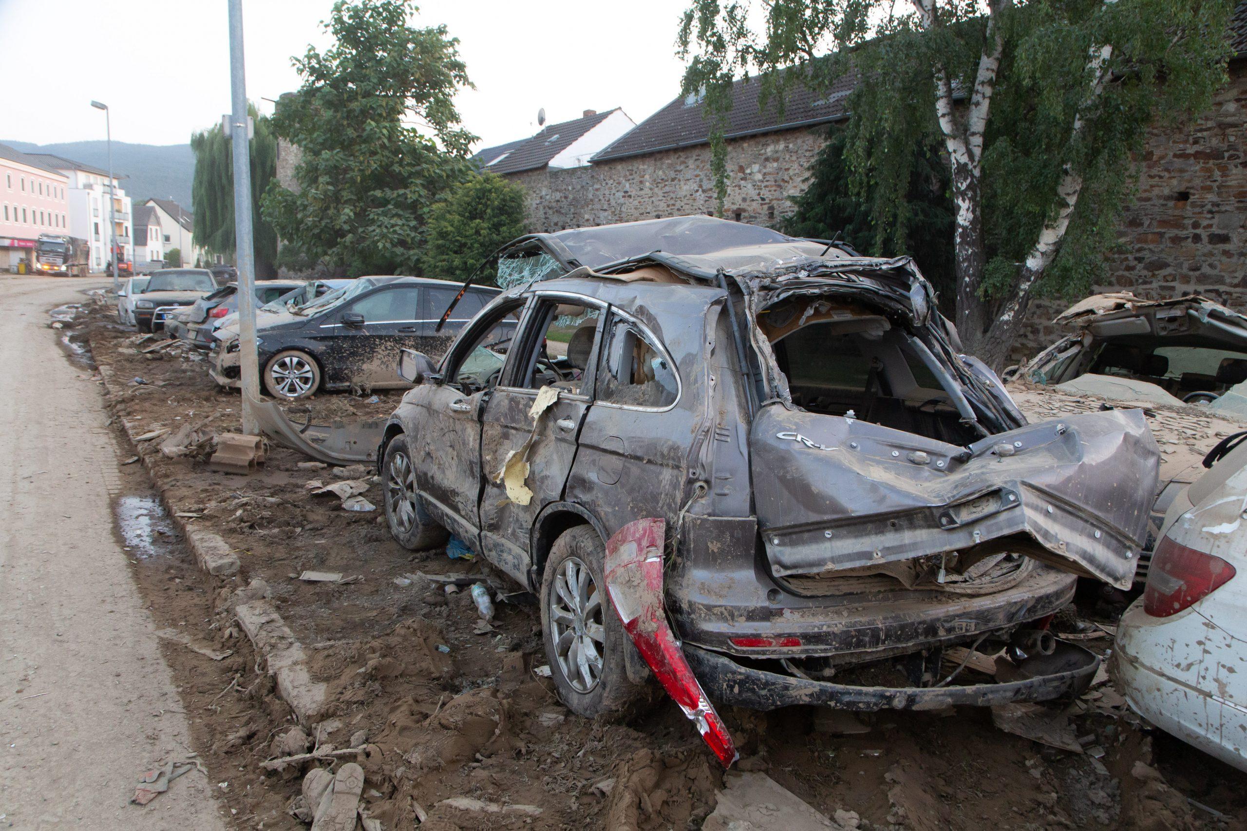 Auslaufende Tanks und Brandgefahr – Risiko durch kaputte Autos im Hochwassergebiet