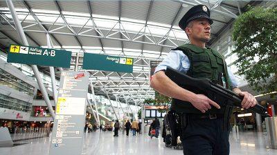 Maschinenpistole in Gepäck von Flugreisendem ruft Düsseldorfer Zoll auf den Plan