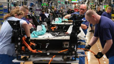 BMW-Werke in Leipzig und Regensburg stoppen wegen Chipmangel Produktion