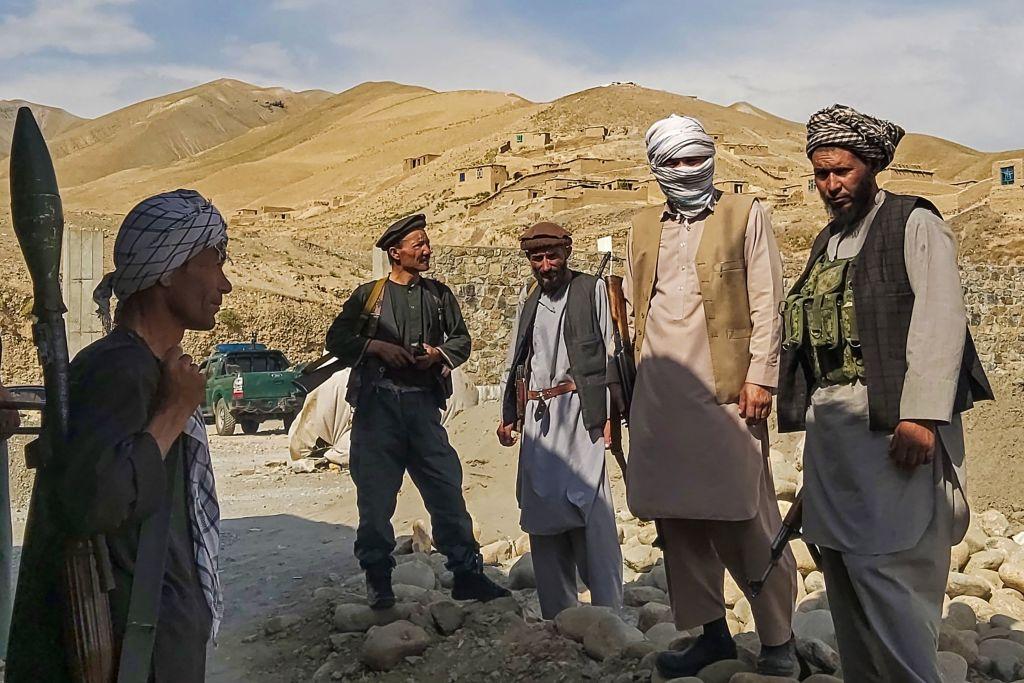 Taliban nehmen wichtige Städte des Landes ein – Afghanische Soldaten fliehen ins Nachbarland