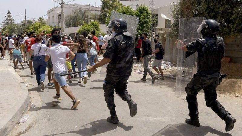 Nach Protesten: Tunesiens Präsident entmachtet Regierungschef und Parlament