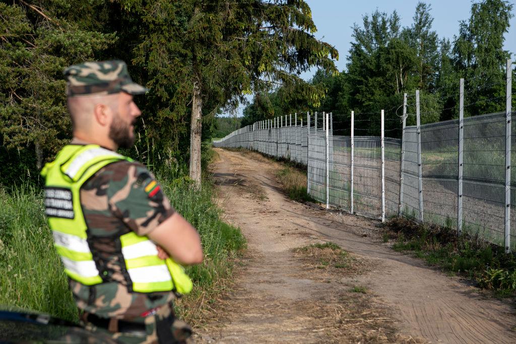 """Litauen baut Grenzanlagen aus, um Weißrusslands """"Angriff"""" mit illegalen Migranten zu stoppen"""