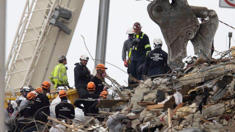 Zwei Kinderleichen nach Hauseinsturz in Trümmern gefunden – Biden besucht Unglücksort