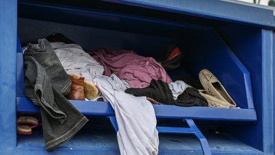 Bayern: Passanten finden tote Frau in Altkleidercontainer eingeklemmt