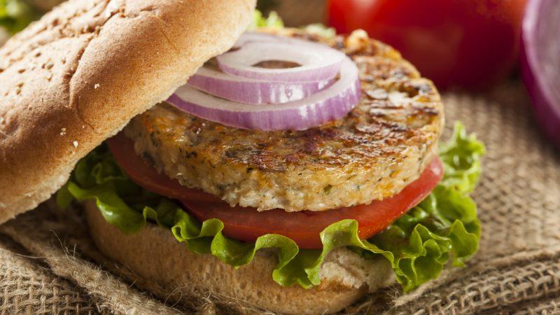 Fleischersatz enthält nur oberflächlich betrachtet die gleichen Nährstoffe.