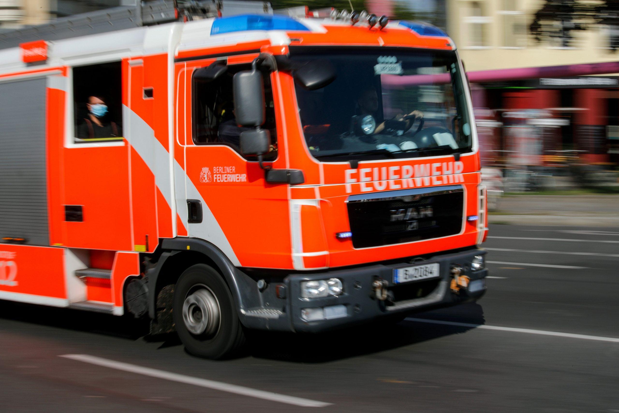 Feuerwehr: Löschung eines normalen Autos braucht 500 Liter Wasser – eines E-Autos 10.000 Liter