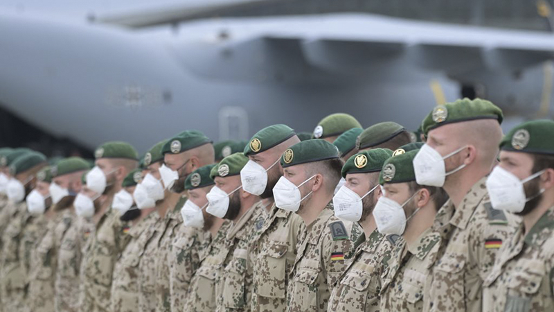 Kramp-Karrenbauer nimmt Bundeswehrsoldaten in Taschkent in Empfang