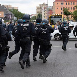 "Corona-Demo Berlin: ""DieBasis""-Gründungsmitglied stirbt bei Polizeimaßnahme an Herzinfarkt"