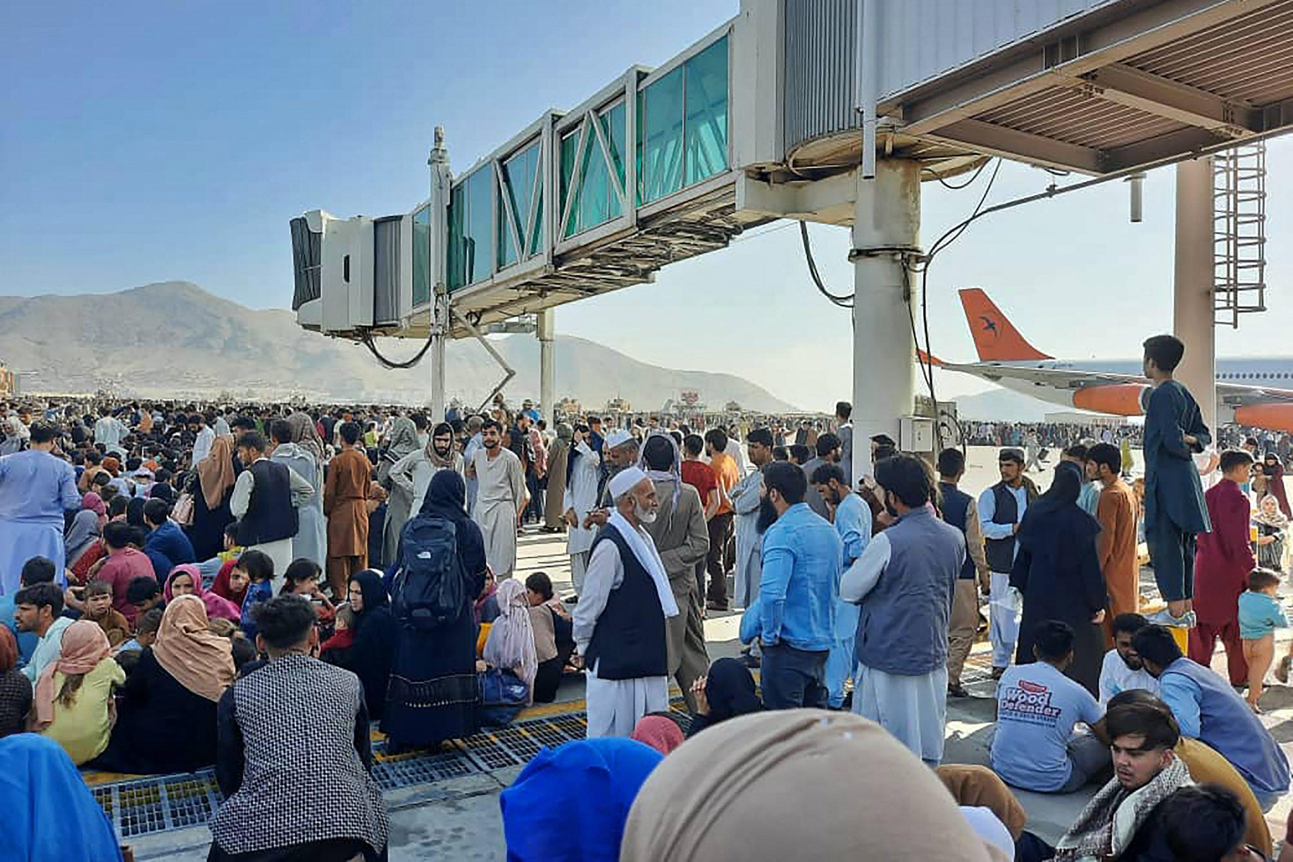 Menschenmenge auf Kabuler Flughafen –  US-Militär gibt Warnschüsse ab