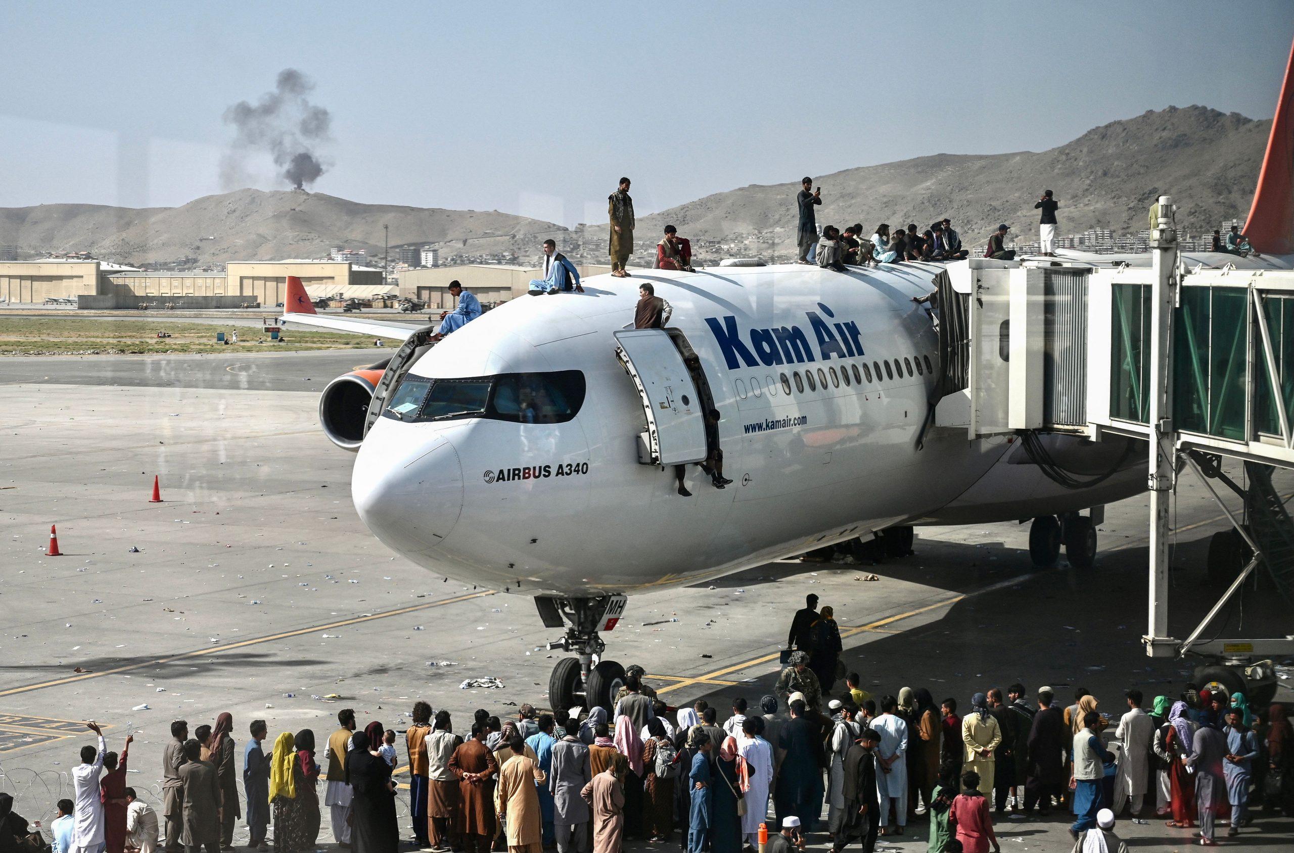 Verzweiflung auf dem Rollfeld – Afghanen klammern sich an aufsteigende Flugzeuge