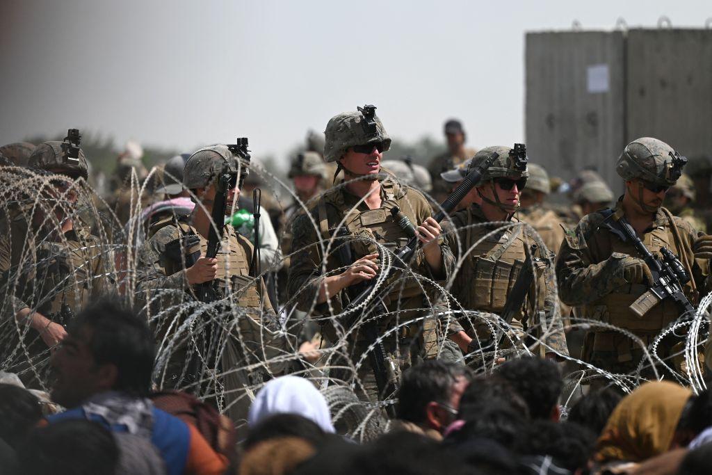 Kabul: Sicherheitslage am Flughafen angespannt – Armee gibt Warnschüsse auf Menschen ab