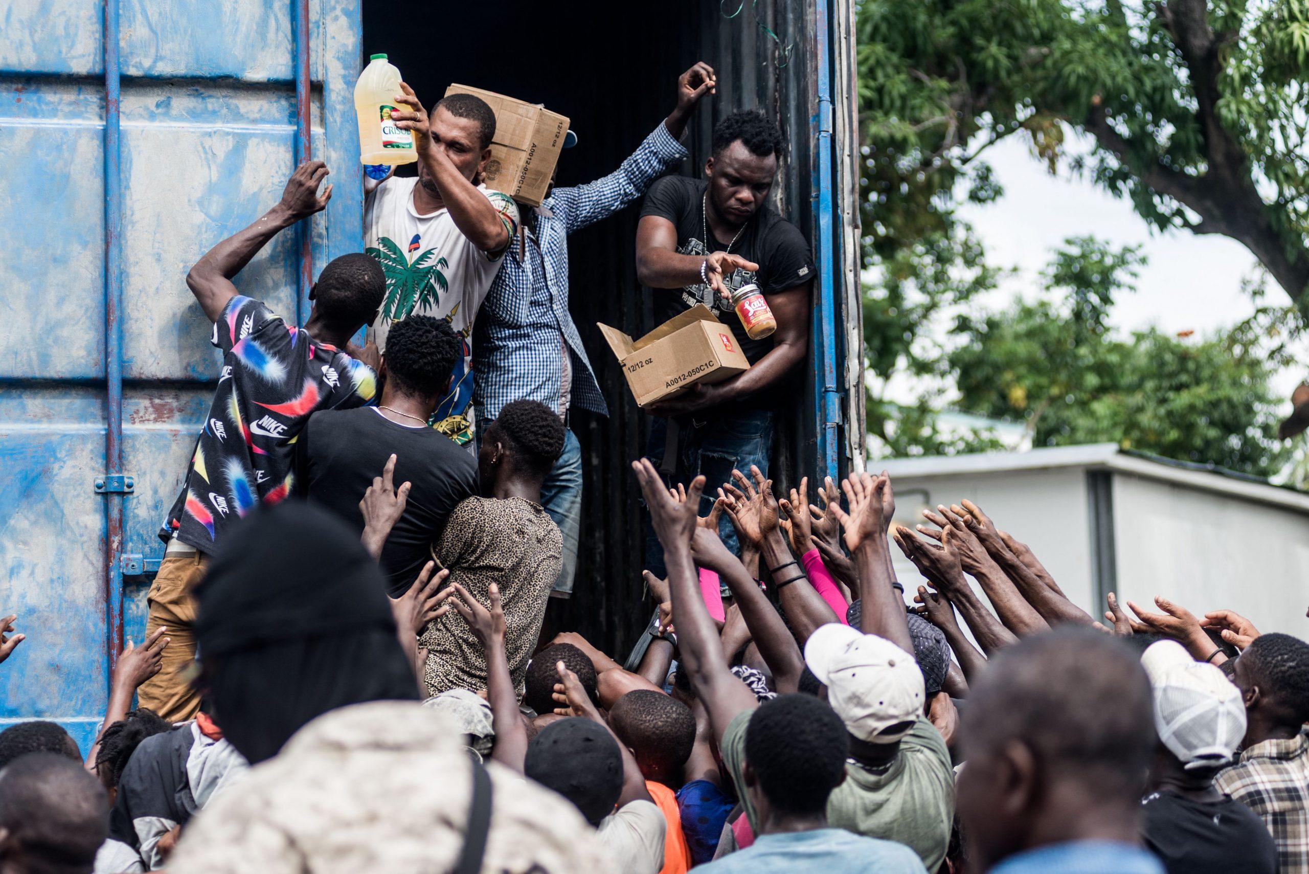 Verzweifelte Erdbeben-Opfer in Haiti plündern Hilfskonvoi