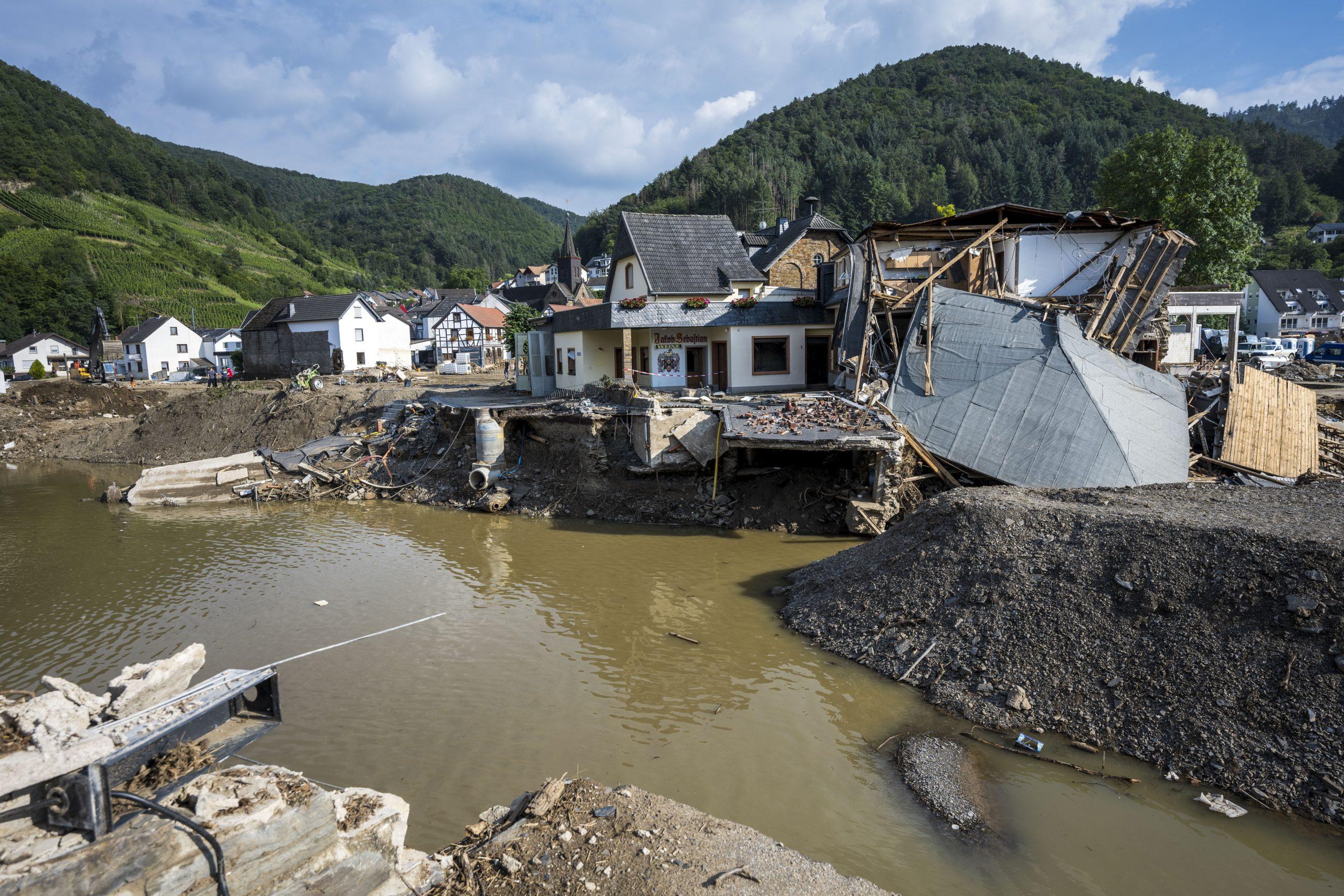 Kreistag von Ahrweiler fordert vollständigen Rückzug von Landrat Pföhler