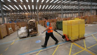 """Hindernis für Produktion: Industrie klagt """"massiv"""" über Materialmangel"""