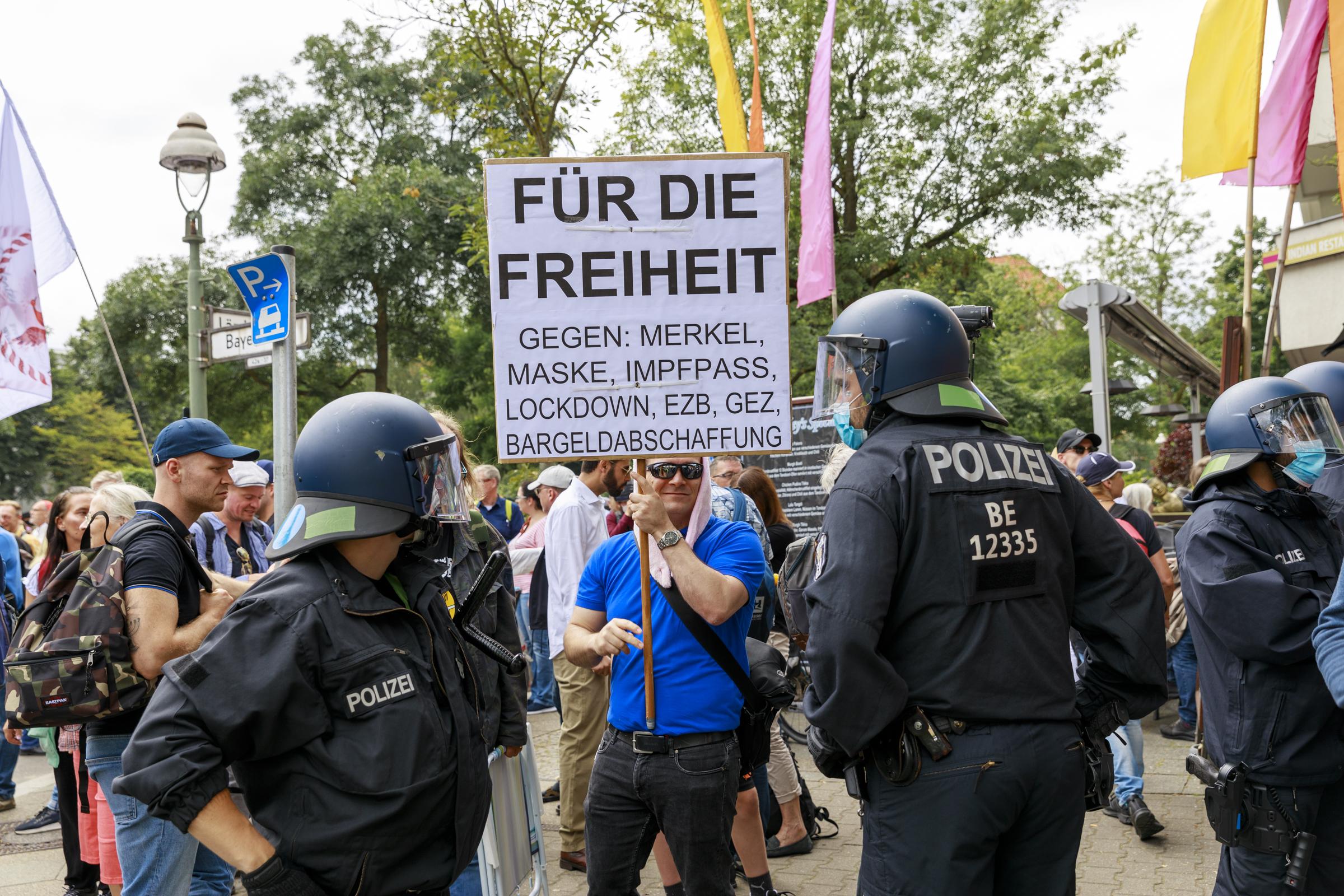"""""""Wenn die Obrigkeit was befiehlt, sollen wir danach tanzen!"""" – Eine Reportage vom 1.8. aus Berlin"""