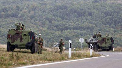 Serbien verlegt gepanzerte Fahrzeuge an Grenze zum Kosovo