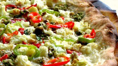 Handgemachte fruchtig-feurige Pizza