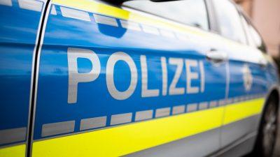 Mit Sohn geknuddelt: Vater wird von Polizisten aus Zug geholt und inhaftiert