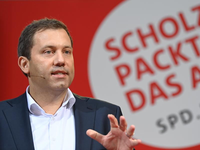 """Klingbeil wirft Union """"Schmutzkampagne"""" vor und nennt Laschet """"Mini-Trump"""""""