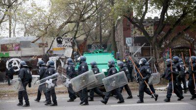 Mit Panzern und Schweißgerät: Großaufgebot der Polizei räumt linkes Bauwagen-Camp