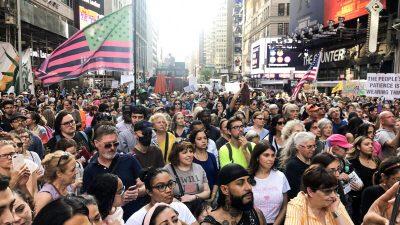 Times Square, New York: Für die Freiheit auf die Straße