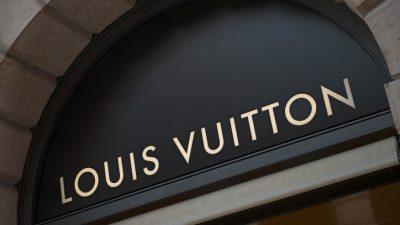"""Klima-Aktivisten stürmen Modenschau von Louis Vuitton – """"Überkonsum = Aussterben"""""""